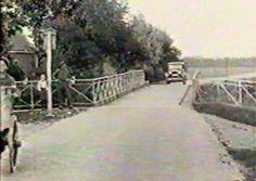 Ook in 1927 was het eenrichtingsverkeer op de Halvemaanspoortbrug. Maar ik zie geen borden die aangeven wie bij deze smalle brug het meeste recht heeft om voorrang te nemen....