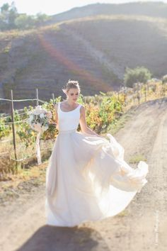 rosa lunático e vestido de casamento branco regatas