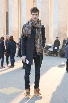2015-01-03のファッションスナップ。着用アイテム・キーワードはコート, スニーカー, チェスターコート, デニム, デニム・ダンガリーシャツ, マフラー・ストール, 黒パンツ,etc. 理想の着こなし・コーディネートがきっとここに。| No:81947