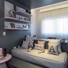 Passando para desejar uma boa noite com esse quartinho lindo em cinza e rosa. Adorei o detalhe da cama tipo tatame e a área de estudo por traz da mesma. Inspiração postado pelo ig cheio de lindas inspirações @maisinteriores