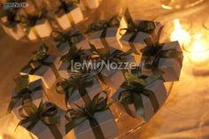 http://www.lemienozze.it/operatori-matrimonio/fiori_e_addobbi/paolo_luppi/media/foto/6  Bomboniere per il matrimonio in scatola bianca e fiocco verde
