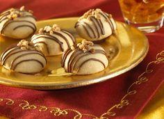 Nougat-Kugeln - Mürbeteig gefüllt mit Nougatschokolade und Haselnusskrokant mit Nougat und Haselnüssen getoppt - http://www.ichliebebacken.de/rezeptebox/desserts/nougat-kugeln