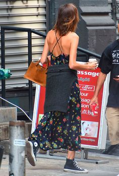Alexa Chung in Floral Dress Fashion Mode, Look Fashion, Girl Fashion, Fashion Outfits, Alexa Chung Style, Street Style, Street Chic, Jeanne Damas, Looks Chic