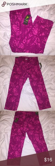 PINK printed YOGA PANTS OLD NAVY PINK print • bright • tags still on • old navy • super quality material - comparable to Lulu • higher waist • mid-calf • I'm an 8 in Lululemon & these fit similar Old Navy Pants Leggings