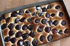 Prăjitură din pandișpan cu prune | Rețete - Laura Laurențiu
