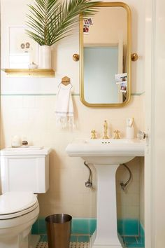 The Pros Have Spoken: These Are the Best Small-Bathroom Paint Colors Retro Bathrooms, Small Bathroom Colors, Vintage Bathroom, Bathroom Decor Apartment, Bathroom Mirror, Small Bathroom Paint Colors, Bathroom Mirror Inspiration, Simple Bathroom, Bathroom Decor