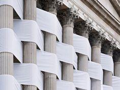 El artista suizo Nicolas Feldmeyer ha decidido aprovecharse de la arquitectura para realizar una de sus últimas instalaciones artísticas. Se trata de una pieza urbana, efímera, de grandes dimensiones, que recuerda ligeramente a los edificios envueltos de Christo y Jeanne-Claude.