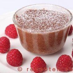 Chokladsuffléer serverade med hallon Cheesecake, Pudding, Desserts, Food, Tailgate Desserts, Deserts, Cheese Cakes, Eten, Puddings