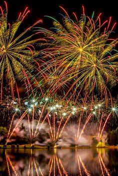 Fireworks art in a jar Fireworks Cake, Wedding Fireworks, 4th Of July Fireworks, Firework Nail Art, Fireworks Pictures, Fireworks Photography, Fire Works, Bonfire Night, Sparklers