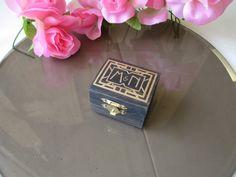 Hoi! Ik heb een geweldige listing op Etsy gevonden: https://www.etsy.com/nl/listing/245949137/wedding-ring-box-art-deco-gatsby-style