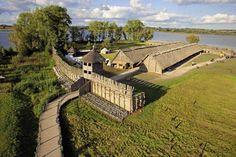 Stanowisko archeologiczne w Biskupinie położone jest na terenie należącym do wsi Biskupin w województwie kujawsko-pomorskim, w powiecie żnińskim, w gminie Gąsawa (na Pojezierzu Gnieźnieńskim).