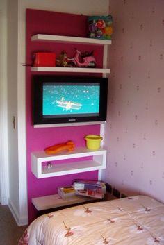 Panel lacado con repisas aereas para sostener TV y juguetes.