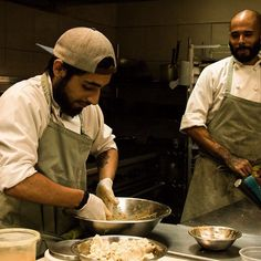 Un poco de diversión en la cocina mientras el equipo prepara un Tamal de Vegetales Caramelizados en demiglace del menú navideño  | #posadasmantou