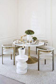 CONTEMPORARY DINING ROOM | White and gold were chosen to decor this  super modern dining area | www.bocadolobo.com #diningroomdecorideas #moderndiningrooms