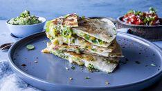 Quesadilla med guacamole og frisk tomatsalsa Quesadilla, Guacamole, Spanakopita, Tex Mex, Enchiladas, Allrecipes, Sandwiches, Tacos, Appetizers