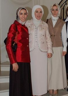 Emine erdogan ve kızları guest outfit modest Islamic Fashion, Muslim Fashion, Modest Fashion, Muslim Girls, Muslim Women, Crochet Poncho With Sleeves, Simple Hijab, Hijab Style Dress, Muslim Beauty