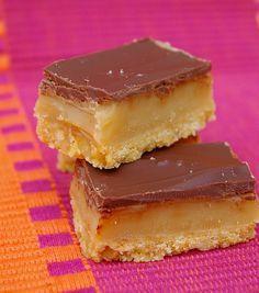 Carré fondant au caramel Plus Caramel Recipes, Brownie Recipes, Cake Recipes, Snack Recipes, Desserts With Biscuits, Köstliche Desserts, Fondant Au Caramel, Apple Snacks, Bon Dessert