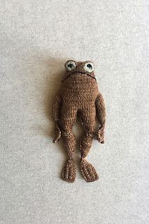 Ravelry: Frog and Toad pattern by Kristina Ingrid McGowan Knitting Stitches, Hand Knitting, Knitting Patterns, Crochet Patterns, Puppet Patterns, Knitted Dolls, Crochet Toys, Knit Crochet, Crochet Birds