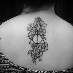 @lu_lorammartin did this simple floral Deathly Hallows tattoo. Tag your tattoos with @hogwartstattoo and #hogwartstattoo!