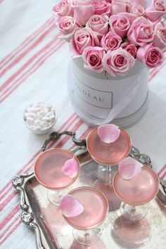 pretty pink drinks with rose petal decoration Rosa Cocktails, Vodka Cocktail, Champaign Cocktails, Champagne Drinks, Champagne Party, Pretty In Pink, Pink Love, Pink Grey, Flower Shops