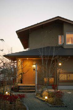 translation missing: jp.style.家.modern家のデザイン:東外観 夕景をご紹介。こちらでお気に入りの家デザインを見つけて、自分だけの素敵な家を完成させましょう。