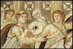 Elle raconte le stratagème de Tétis (premier plan à gauche), mère d'Achille (gros plan photo 20), qui dissimule son fils déguisé en femme parmi les filles du roi Lycomède afin de le préserver de la guerre de Troie