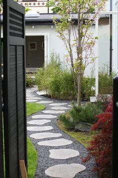 Gillar rutmönstret i dörren gardening садовые дорожки, сад, ландшафтный диз Small Courtyard Gardens, Outdoor Gardens, Pool Landscape Design, Garden Design, Garden Paths, Lawn And Garden, Side Garden, Modern Japanese Garden, Japanese Style