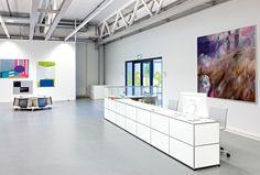 USM Büro I Arbeiten I Empfang mit USM Haller Empfangstheke (mit zwei Ausziehtüren, vier Schubladen A6 mit Schloss, vier Ausziehtablare