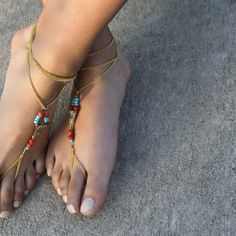 Do you want to make boho-inspired barefoot sandals for summer? This jewelry making project takes under an hour to complete, and you can get all the materials at your local craft store.She used the Bead Landing brand, but any beading will work. Barefoot Sandals Tutorial, Barefoot Shoes, Foot Bracelet, Ankle Bracelets, Fashion Models, Diy Fashion, Beach Fashion, Bare Foot Sandals, Beach Sandals