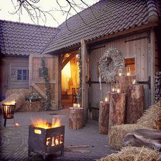 Vuurkorven • hooibalen • vachtjes • winterwedding • schuurfeest #trouwidee #deoudeduikenburg