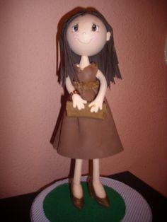 Fofucha totalmente personalizada,hecha en goma eva y pintada a mano. Detalle del vestido, su bolso y zapatos de tacón. elenamartinlopez.blogspot.com