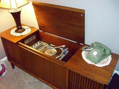 Console Hi-Fi Stereo. The dusty, smoky wonderful smell of our old stereo is indelibly planted in my memory. Radios, Nostalgia, Vintage Toys, Retro Vintage, Vintage Party, Vintage Stuff, Radio Antigua, Record Players, Childhood Toys
