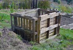 How to build an Easy Wooden Compost Bin using pallets. A pallet compost bin takes ten minutes to build & creates space for converting waste to compost. Planter Box Plans, Wood Planter Box, Wood Planters, Pallets Garden, Wood Pallets, Pallet Gardening, Pallet Benches, Pallet Couch, Pallet Tables