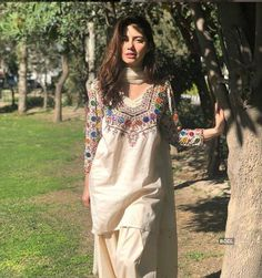 This old photo reveals jaw-dropping transformation in Pakistani actress Mahira Khan Pics Simple Pakistani Dresses, Pakistani Fashion Casual, Pakistani Dress Design, Pakistani Outfits, Indian Outfits, Indian Fashion, Women's Fashion, Ladies Fashion, Fashion Vintage