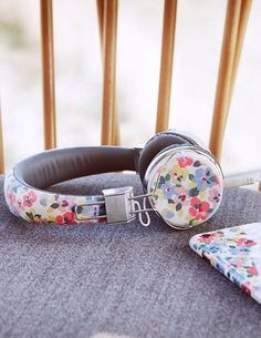 These colourful over-ear headphones from our Painted Pansies collection make a great gift with their artsy floral design. Coordinate your accessories with the matching phone case, purse and more available in the same range.