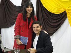 O #escritor #MatheusLCarvalho autografando seu #livro #OValeDosLobos para a juíza Claudia.