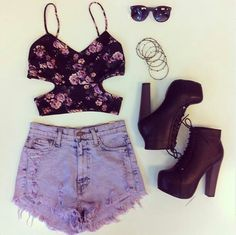 Top flowered  Short jeans  Boots with laces and heel  Sunglasses  Bracelets