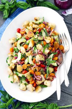 Low Carb Recipes To The Prism Weight Reduction Program This Panzanella Recipe, Or Italian Bread Salad, Is Such A Great Way To Use Up Leftover Bread, Which Soaks Up The Juices From The Tomatoes And Simple Vinaigrette. Pasta Salad Recipes, Healthy Salad Recipes, Real Food Recipes, Cooking Recipes, What's Cooking, Veggie Recipes, Vegetarian Recipes, Italian Bread Salad, Quinoa