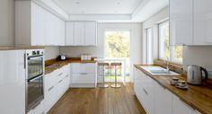 cuisine blanche et bois avec parquet au sol