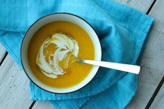 Serveer de pompoensoep met een flinke dot crème fraîche en druppel nog wat truffeljus of -olie in de soep.