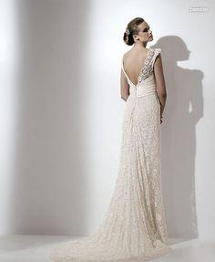 Detalle de la espalda en forma de V y de la cola del vestido.