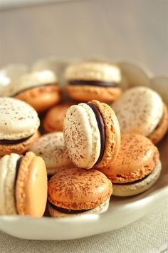 Chocolate and tonka bean macarons French Macarons Recipe, French Macaroons, Macaron Recipe, Chocolate Macaroons, Macaron Flavors, French Pastries, Snacks, Baking Recipes, Sweet Recipes
