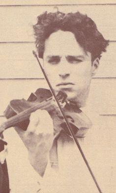 Chaplin playing the Violin 1918 Charlie Chaplin, Chaplin Film, Charles Spencer Chaplin, Le Clown, Vevey, Jolie Photo, Silent Film, Classic Films, Old Movies