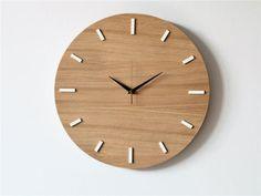 Simple horloge murale moderne dans un style scandinave. Fabriqué avec placage chêne naturel - légèrement cru, lumineux, naturellement. Avec bordure blanche et blanc pendant des heures. Pour ce conseils visibles et mécanisme complètement silencieux. Lhorloge, qui est bien adapté à presque toutes les pièces - est esthétique, pratique et avoir quelque chose. Vous apprécierez :) Diamètre: 15,7 (40 cm) matériaux: MDF plaqué chêne naturel Mécanisme silencieux alimenté par pile AA (doigt) Loffre…
