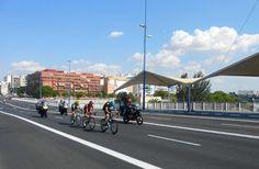 vuelta ciclista a España 2013 - Cabeza de carrera a su paso por el Puente del Cachorro en Sevilla.