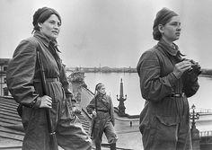Girls on duty  Soldates soviétiques faisant la vigie aérienne sur les toits de Léningrad assiégée, 1er mai 1942.
