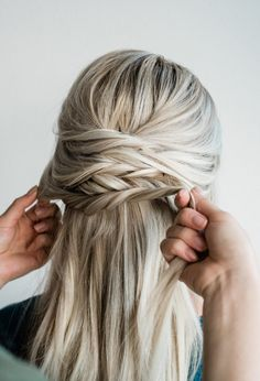 Twisted Updo Hair Extension Tutorial - Hair Extension Tape Some hair extension wearers have a hard time finding updos that work with extensions. This tutorial is the perfect solution! Easy Chignon, Chignon Hair, Simple Ponytails, Curly Prom Hair, Prom Hair Updo, Hair Dos, Hair Extensions Tutorial, Tape In Hair Extensions