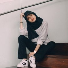 joliment, fille, hijab, l& Fashion 90s, Modern Hijab Fashion, Street Hijab Fashion, Hijab Fashion Inspiration, Muslim Fashion, Modest Fashion, Look Fashion, Fashion Outfits, Sporty Outfits