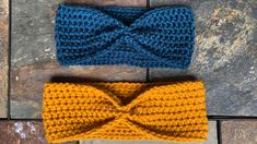 This simple crochet ear warmer is perfect for beginners and advanced crocheters! An easy quick project to gift and/or donate. This written pattern also comes with a complete video tutorial! for beginners videos Simple Beginner Crochet Ear Warmer Pattern Beginner Crochet Projects, Crochet Patterns For Beginners, Knitting Patterns, Beginner Crochet Patterns, Crochet Stitches, Beginner Crochet Tutorial, Needlepoint Stitches, Crochet Videos, Knitting For Beginners