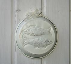Mit Liebe für Shabby Chick. Schöne uralte Backform aus Kupfer mit Aufhänger in weiß gestrichen und dekoriert mit Spitze.